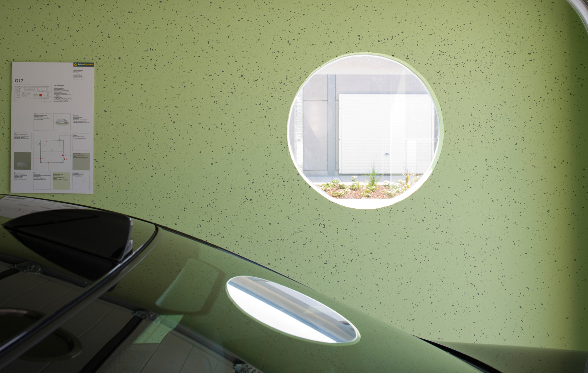 Ausstattung Garage mit rundem Fenster