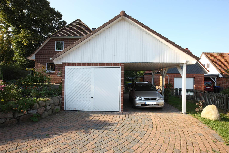 Einzelgarage mit Satteldach und Carport