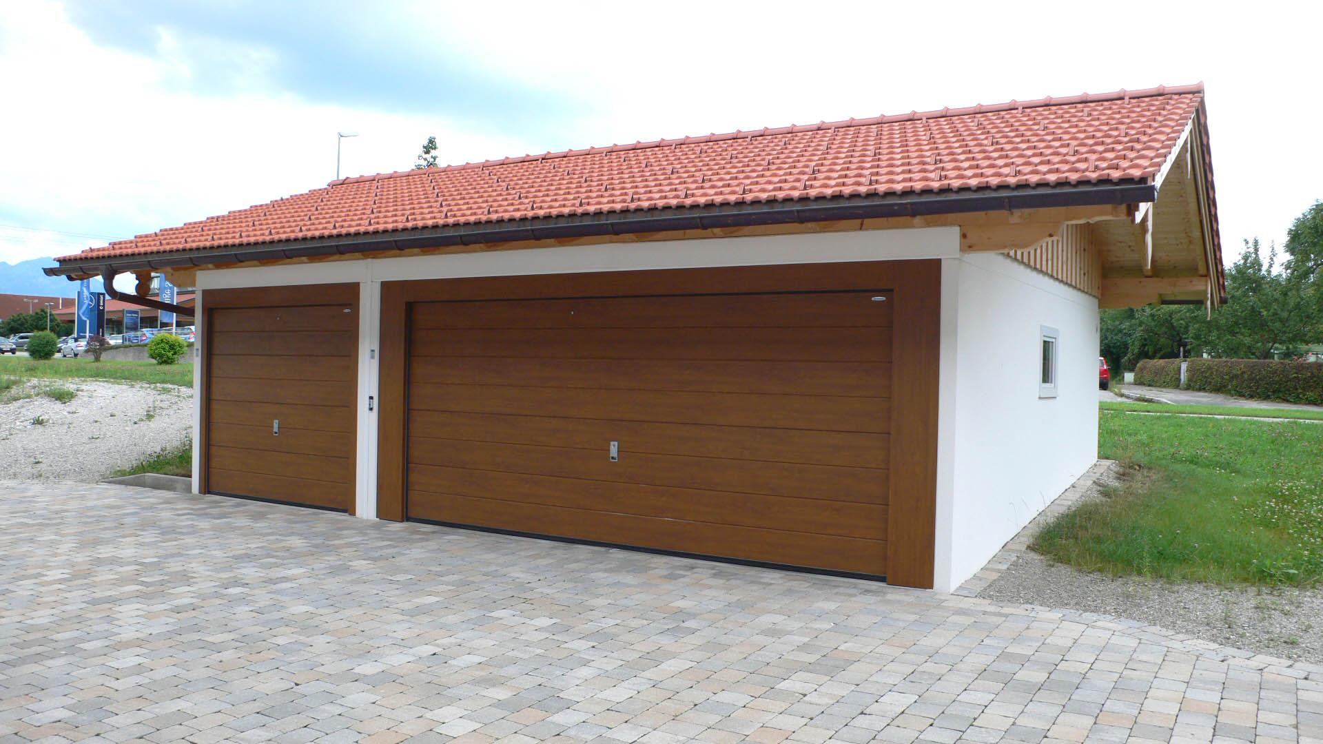 Großraumgaragen mit Holztor und Satteldach