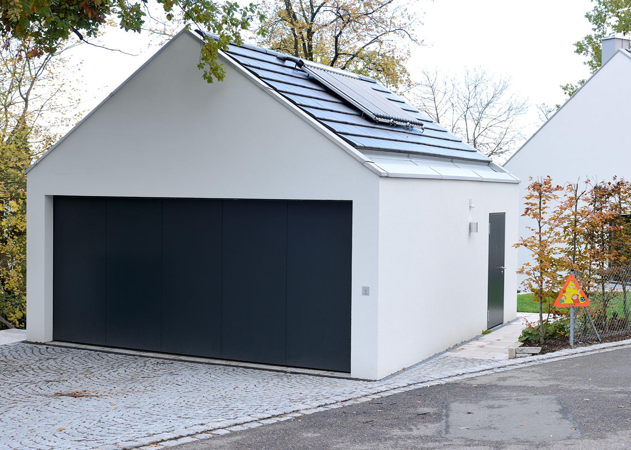 Doppelgarage mit Satteldach und Solaranlage
