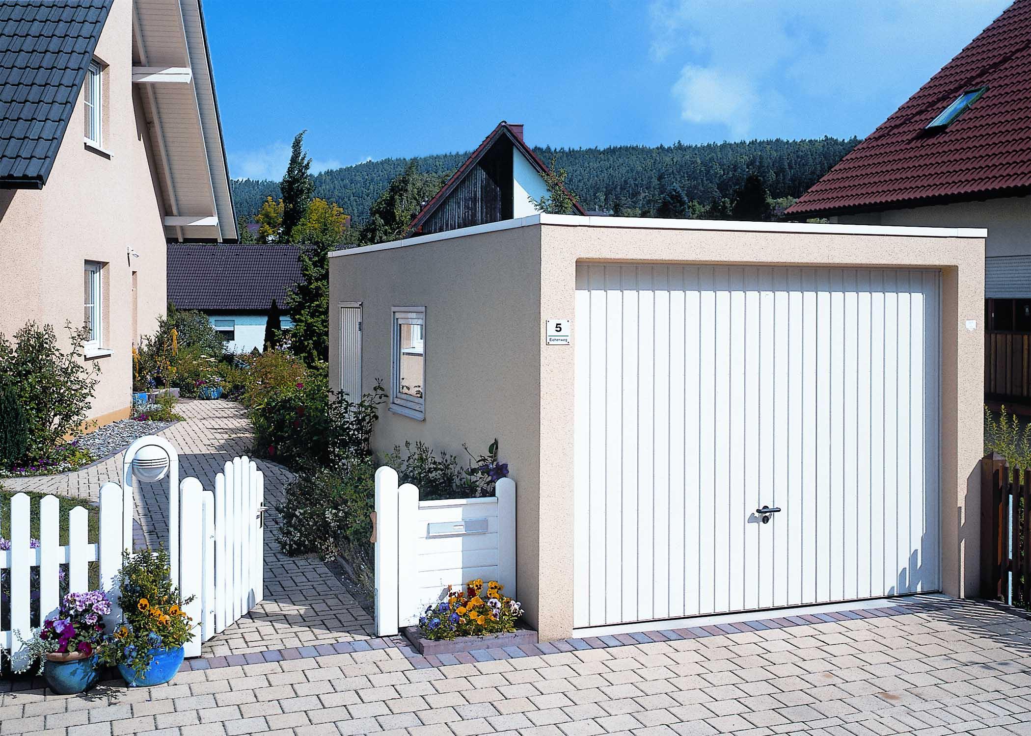 Einzelgarage mit Fenster und Tür