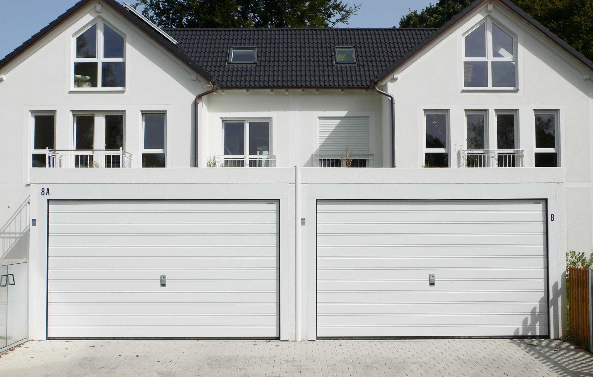 Doppelgarage mit weißen Toren